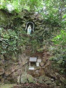 Meslay du Maine Sanctuaire des Rochères avec plaque 39-45