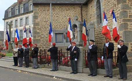 Pontmain drapeaux_au_Monument_aux_morts-2